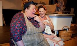 Hanna Suomi ja Sari Koskela tekivät onnistuneet roolit pesulan likkoina.