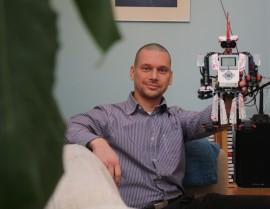 Niko Porjon perheeseen kuuluu vaimo, 3 lasta ja pieni valikoima robotteja.