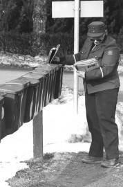 Miltä vuodelta lienee tällainen postinkantajan virka-asu?