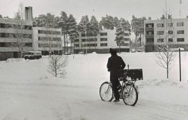 Kusti näyttäisi polkevan Paimiossa Mäkiläntiellä.