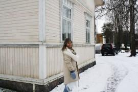 Greta Tuominen seisoo kohdassa, jossa Kisatien jatkeeksi haviteltu pyörätie tai puisto tulisi. Etäisyyttä Tuomisten kotiin on pienimmillään 80 cm.