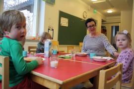 Lounas päiväkodissa tarkoittaa useita keskeytyksiä. Sari Valtatien kanssa aterioi muun muassa Konsta Nurminen ja Celia Piironen.
