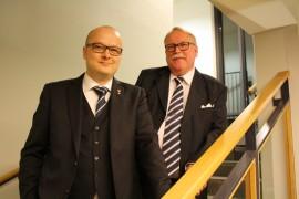 Jukka Hongisto (oikealla) väistyi kaupunginhallituksen uuden puheenjohtajan Jarkko Kallion tieltä.