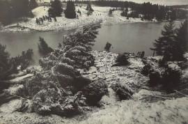 """Arkistokuvan takana lukee, että """"harju jokeen"""". Kuka tietänee, milloin harju sortui jokeen ja missä?"""
