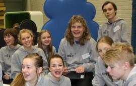 Piikkiön yhtenäiskoulun kahdeksasluokkalaiset  toimivat oppilasagentteina opastaen seminaarivieraita tablet-seminaarissa.
