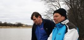 Tapio Salminen ja Max Söderberg kertovat, että ennen kuin ojaan tai puroon asennetaan saostuslaite, sen veden fosforimäärä mitataan. Mikäli fosforia on vedessä vain vähän, laitetta on turha hankkia.