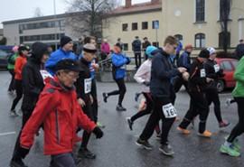Juoksijat ja kävelijät ampaisivat matkaan yhteislähdössä.