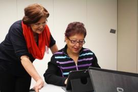 Ikäihmisiä häiritsee se, että tietotekniikka muuttuu jatkuvasti. Tablet-koneetkin vaativat uudenlaisia taitoja. Sointu Matikainen avusti Marja-Leena Virtasta.