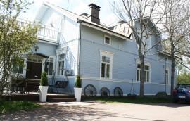 Villa Ainola sijaitsee 5-10 minuutin kävelymatkan päässä liikennevaloristeyksesta, jokirannan ulkoilureitin varrella.