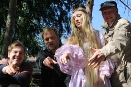 Adalmiinaa tulkitseva Hilda-Justiina Airola ei ole oikealta ammatiltaan prinsessa vaan Steiner-koulusta valmistunut ylioppilas. Näytelmän ohjaaja ja käsikirjoittaja Timo Väntsi on ollut mukana Selkussa lähes alusta saakka, ja aiemmin hän on Selkussa ohjannut ja käsikirjoittanut Pinocchion (2003) ja Saapasjalkakissan (2008). Wille Heino on vastannut markkinoinnista, Matti Moilanen musiikista.