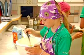 Aino Lindberg työsti taikinaa torstaina ruokakoulussa.