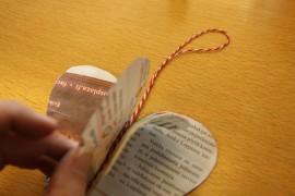 Pujota ripustusnauha viimeisten puolikkaitten väliin. Sydäntä voi lisäksi värittää ja koristella vaikka kimalleliimalla.