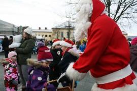 6-vuotias Lotta Immaisi sai karkin joulupukilta Paimion joulumarkkinoilla. Hän kertoi toivovansa joululahjaksi koiraa, joka tottelee 15 sanaa.