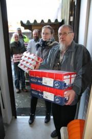 Paimion seurakuntalaiset ja mäkitupalaiset kantoivat 2200 kiloa EU:n ruoka-avustettuja tuotteita jaettavaksi tiistaina Paimiossa.