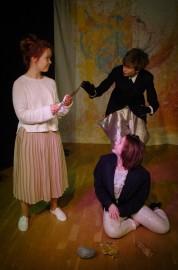 Näytelmän päähenkilö Aava (Liisa Liipola) tapaa ensimmäistä kertaa mielikuvitusmaailman vastaanottovirkailijan Sekäetän (Jessica Isomaa) ja mielikuvitusmaailman viestintävastaavan Jostakustan (Lassi Turve).