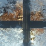 Loppiaispäivänä 2016 Muurlassa otettu kuva: ulkona pakkasta -22 astetta ja piha-aitan ikkunassa jääkukat kukkivat. Kuvaajana Raili Kalso.