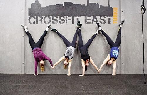 Crossfitin harrastajat harjoittelevat monipuolisesti. Tämä käsilläseisonta on tehty ystävänpäivän merkeissä käsi kädessä. Roosa Ahonen (vas.), Nelli Nurmi, Peppi Pentikäinen ja Noora Åberg.