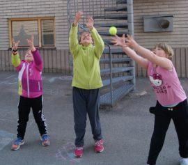 Miina Valtonen, Sara Holm ja Sofia Itälä 2 b-luokalta kopittelivat välitunnilla.