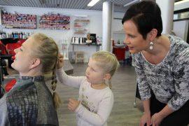 Hiuskorujen laittaminen oli Mimmi Varjosesta kampaajantyössä hauskinta. Satu Kalkela opasti häntä. Kammattavana oli Salla Axelin.