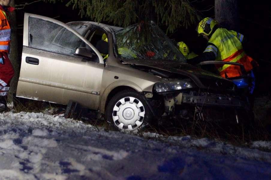 18-vuotias auton kuljettaja loukkaantui vakavasti ja vieressä ollut veli lievemmin. Kuva: Simo Päivärinta.