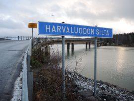 Jos sillalle sattuu kaksi autoa vastakkain pimeään aikaan, jalankulkijoille ei jää paljon tilaa.