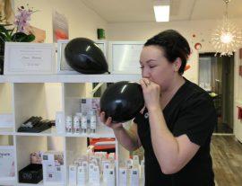 """""""Paimion pikimustaan perjantaihin"""" osallistuvat yrittäjät laittoivat putiikkiensa eteen mustia ilmapalloja huomion kiinnittämiseksi, niin myös Elena Koskinen."""