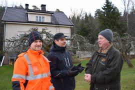 Mikäli Pertti Peura (oik.) lämpenee aurinkoenergialle, säästöä hänen sähkölaskussaan syntyisi vuodessa runsaat 600 euroa. Mikko Laihinen Sauvon Sähköstä (vas.) sekä Perttu Laaksonen (keskellä) ovat mukana aurinkoenergia-projektissa.