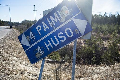 Huson-risteyksessä opaste on kärsinyt talvesta. Kuvat Marko Mattila, Salon Seudun Sanomat.