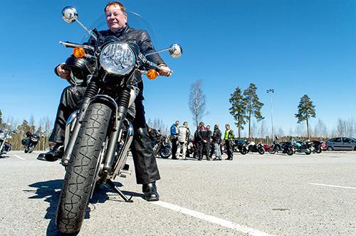 Kirkkoherra Vesa Tuominen moottoripyörän selässä 2017.
