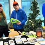Pasi Vesterinen esittelee lasten lumikenkiä ja talven retkeilyvälineitä korppoolaiselle Sara Söderlundille.