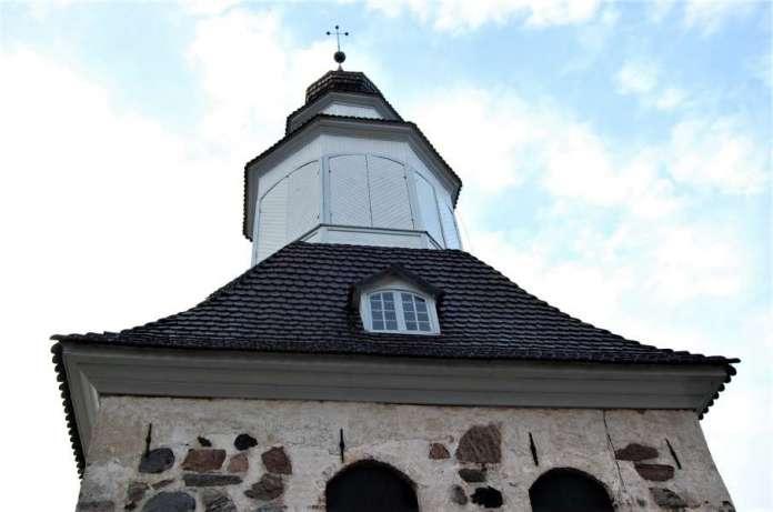Sauvon kellotapulin alaosa on keskiajalta, yläosa 1700-luvulta.